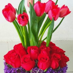 Arreglo-Floral-con-10-Tulipanes-y-24-Rosas